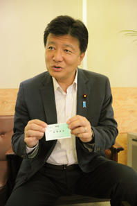 JNSC会員証を手に取る進藤氏。すでに会員数は6000人を超えているとか